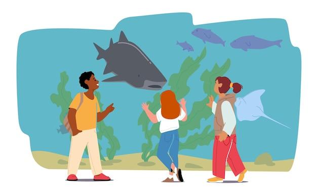 Schulkinder-charaktere stehen an der rückansicht des ozeanariums. kinder besuchen das aquarium, um unterwasser-meeres- und meerestiere zu beobachten. freizeit am wochenende, tour auf exkursion. cartoon-menschen-vektor-illustration