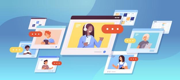 Schulkinder, die digitale geräte verwenden, mischen rennen schüler, die in webbrowser-fenstern diskutieren selbstisolation