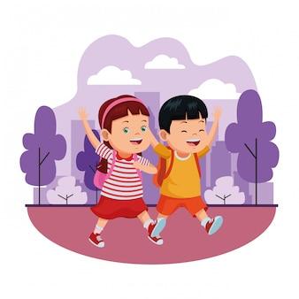 Schulkinder, die mit rucksäcken lächeln
