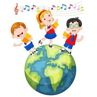 Schulkinder singen auf dem globus