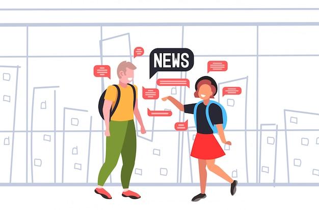 Schulkinderpaar, das während des treffens plaudert, das das tägliche nachrichtenblasen-kommunikationskonzept-stadtbildhintergrund bespricht