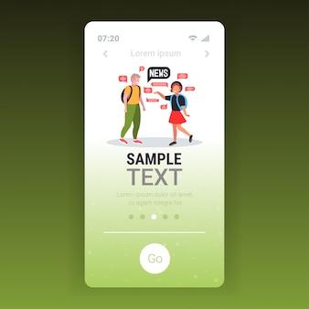 Schulkinderpaar, das während des treffens plaudert, das tägliches nachrichtenblase-kommunikationskonzept bespricht. smartphone-bildschirm mobile app-vorlage