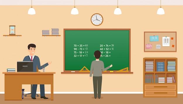 Schulklassenzimmer mit tafel, uhr und lehrertisch. lehrer, der am tisch sitzt und schüler, der nahe tafel bleibt