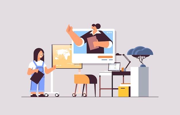 Schulmädchen diskutiert mit lehrer im webbrowser-fenster während des videoanrufs selbstisolation online-kommunikation