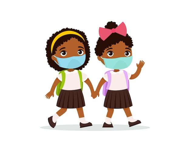 Schulmädchen gehen zur schule flache illustration. paar schüler mit medizinischen masken auf ihren gesichtern, die hände lokalisierte zeichentrickfiguren halten. zwei dunkle haut grundschüler