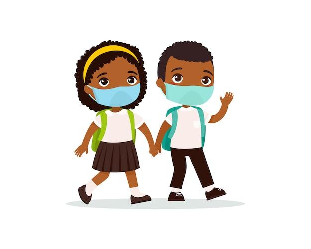Schulmädchen und schüler gehen zur flachen wohnungsvektorillustration. paar schüler mit medizinischen masken auf ihren gesichtern, die hände lokalisierte zeichentrickfiguren halten. zwei dunkle haut grundschüler
