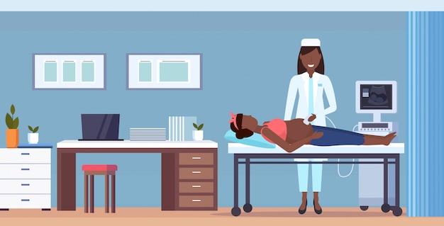 Schwangere frau, die einen arzt besucht, der ultraschall-fötus-screening am digitalen monitor gynäkologie-beratung gesundheitskonzept moderne krankenhausklinik innenraum in voller länge horizontal tut