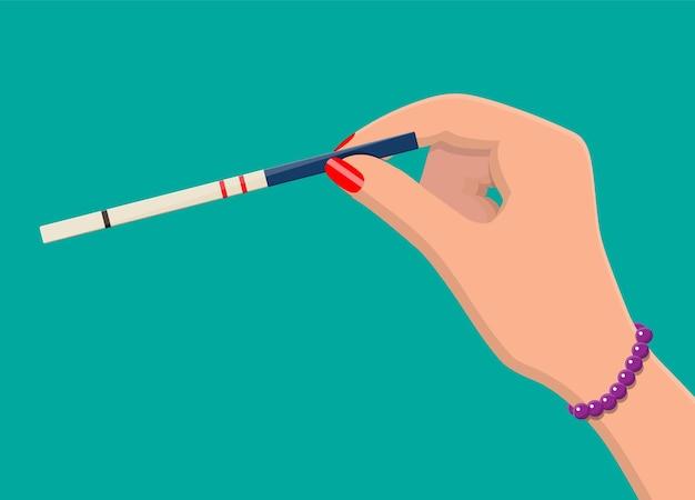 Schwangerschaftsteststreifen in der hand der frau
