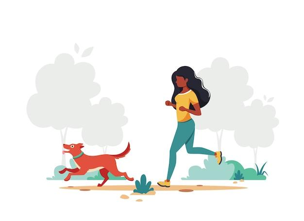 Schwarze frau, die mit hund joggt. gesunder lebensstil, outdoor-aktivitätskonzept.