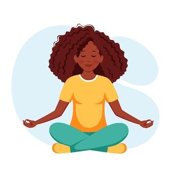 Schwarze frau, die yoga praktiziert gesunder lebensstil wohlbefinden entspannung meditation