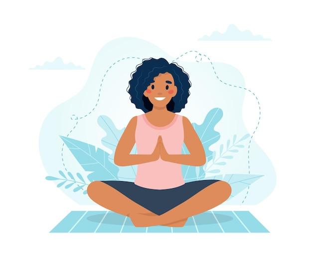 Schwarze frau, die yoga praktiziert.