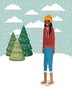 Schwarze frau in der schneelandschaft mit winterkleidung