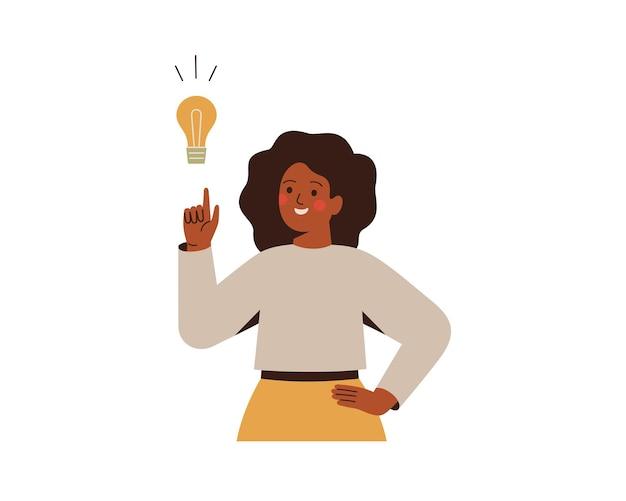Schwarze frau zeigt auf glühbirne über ihre glückliche afrikanische unternehmerin hat geschäftsidee