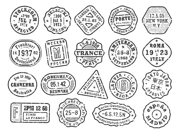 Schwarze retro-briefmarken mit krätze-städte-stempel-set auf einem umschlag für reisende mit vintage-passhülle