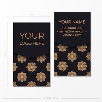 Schwarze visitenkarte mit vintage-verzierung. druckfertiges visitenkartendesign mit griechischen mustern.