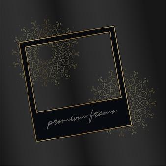 Schwarzer fotorahmen mit dekorativen goldenen elementen