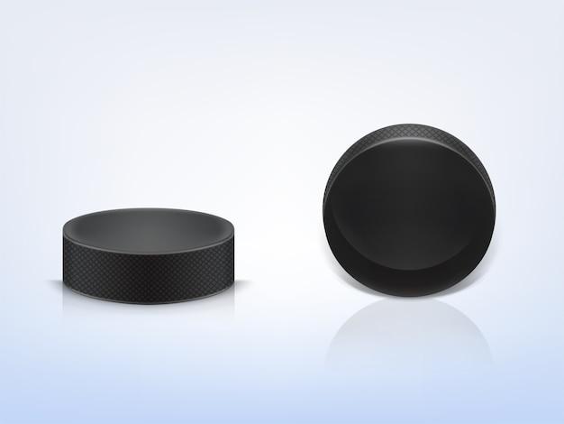 Schwarzer gummipuck, zum des eishockeys zu spielen, das auf hellem hintergrund lokalisiert wird. sportausrüstung.
