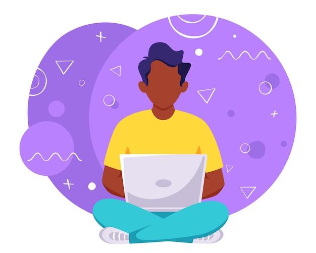 Schwarzer mann, der am laptop arbeitet