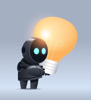 Schwarzer roboter-cyborg, der lichtlampe moderner robotercharakter mit heller glühbirne hält neue kreative idee der künstlichen intelligenztechnologie des projekts