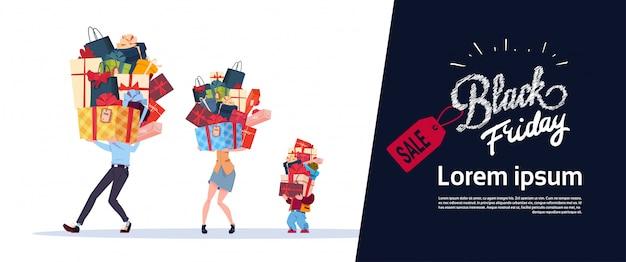 Schwarzes freitag-plakat mit familie tragen stapel geschenke über weißem hintergrund-feiertags-saisonverkauf