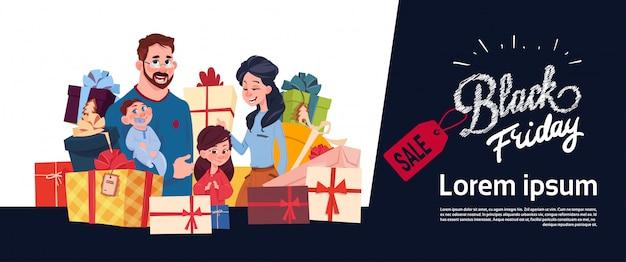 Schwarzes freitag-verkaufs-plakat mit glücklicher familie über geschenkbox-stapel, feiertagseinkaufende horizontale fahne