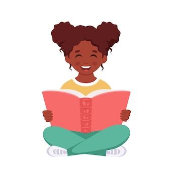 Schwarzes mädchen, das ein buch liest mädchen, das mit einem buch studiert