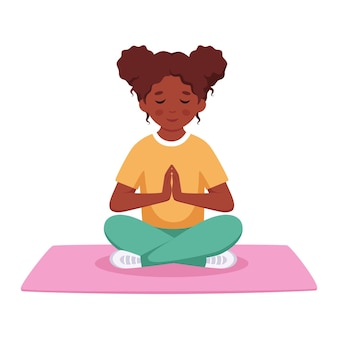 Schwarzes mädchen, das im lotussitz meditiert gymnastische meditation für kinder