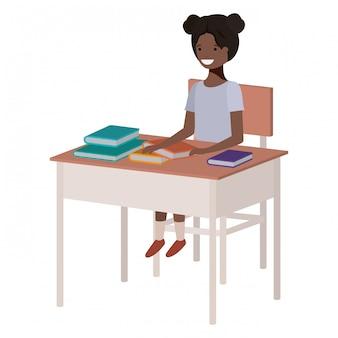 Schwarzes mädchen des jungen studenten, das in der schulbank sitzt