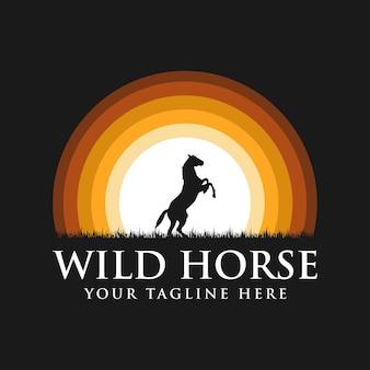 Schwarzes pferd silhouette logo mit sonnenuntergang hintergrund