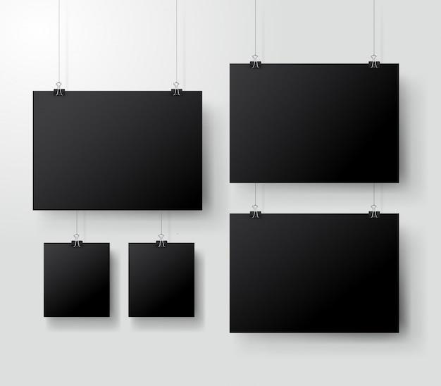 Schwarzes plakat, das an der mappe hängt