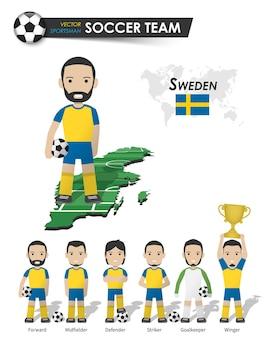 Schwedische fußballnationalmannschaft. fußballspieler mit sporttrikot stehen auf der landkarte des perspektivfeldes und der weltkarte. set von fußballspielerpositionen. flaches design der zeichentrickfigur. vektor.