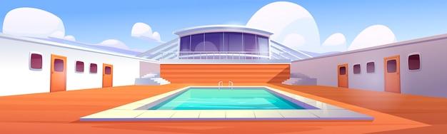 Schwimmbad auf kreuzfahrtschiff, leeres schiffsdeck mit holzboden und türöffnungen.