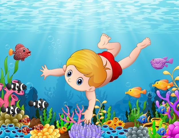 Schwimmen des kleinen jungen unter dem meer