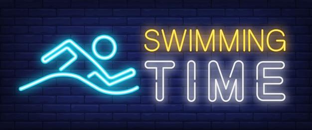 Schwimmzeit leuchtreklame. leuchtende balkenschrift mit schwimmendem mann