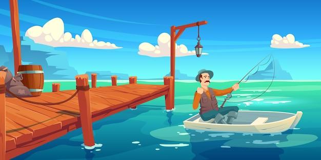 See mit hölzernem pier und fischer im boot. karikaturillustration der sommerlandschaft mit fluss, seebucht oder teich, kai und mann im hut mit angelrute im boot