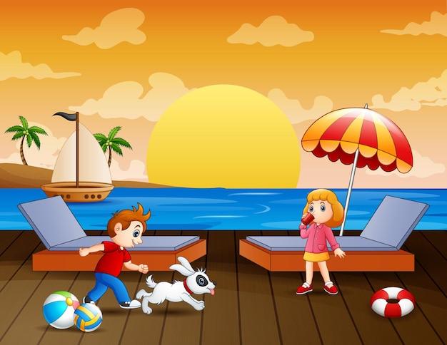 Seelandschaft mit jungen und mädchen, die auf dem pier genießen