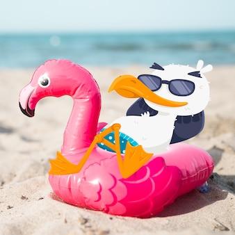 Seemöwe, die auf einem aufblasbaren flamingo sich entspannt