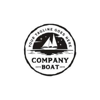 Segelboot-schattenbild-rustikales emblem logo design