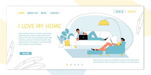 Selbstständige freiberufliche familie der mannfrau, die am laptop arbeitet, der auf der bequemen couch sitzt.