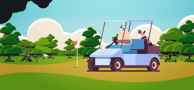 Senior afroamerikanischer mann, der buggy auf golfplatz fährt aktives alterskonzept horizontaler landschaftshintergrund in voller länge vektorillustration