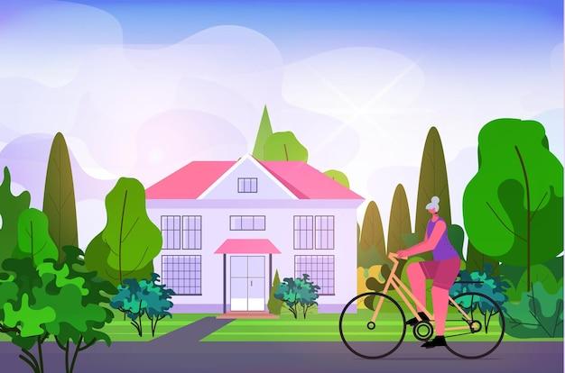Senior frau radfahren im freien gealterte sportlerin fahrradtraining gesunder lebensstil aktives alterskonzept horizontale vektorillustration in voller länge