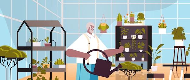 Senior gärtner mit gießkanne kümmert sich um topfpflanzen im heimischen garten wohnzimmer oder büro interieur horizontale porträtvektorillustration