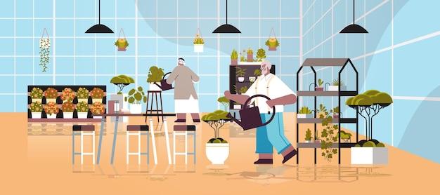 Senior gärtner paar kümmert sich um topfpflanzen und blumen im gewächshaus hausgarten innenraum in voller länge horizontale vektorillustration