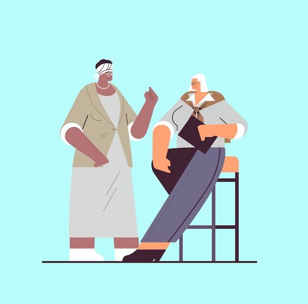 Senior geschäftsleute diskutieren während des meetings mix race geschäftsleute in formeller kleidung, die zusammen alterskonzept in voller länge vektor-illustration arbeiten