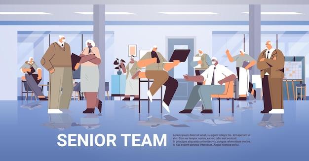 Senior geschäftsleute team diskutieren während des meetings mix race geschäftsleute in formeller kleidung arbeiten zusammen alterskonzept in voller länge horizontale kopie raum vektor illustration