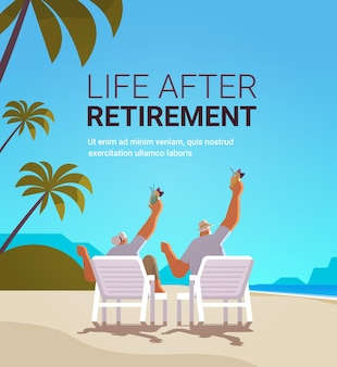 Senior mann frau trinkt cocktails am tropischen strand im alter von paaren, die spaß haben aktives alterskonzept seelandschaft landschaft hintergrund in voller länge kopie raum vektor illustration