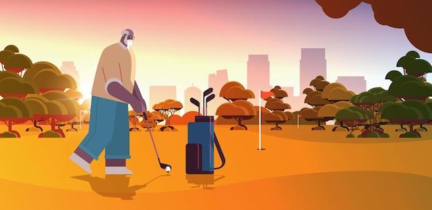Senior mann spielt golf auf grünem golfplatz im alter von afroamerikanischen spielern, die einen schuss aktives alterskonzept machen sonnenuntergang landschaft hintergrund horizontale vektorillustration in voller länge