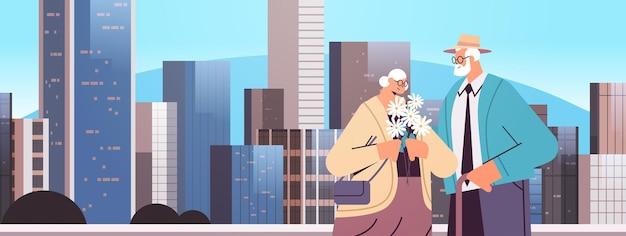 Senior paar zusammenstehen großeltern verbringen zeit zusammen stadtbild hintergrund porträt horizontale vektor-illustration