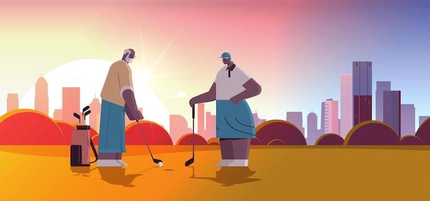 Senioren spielen golf auf grünem golfplatz im alter von afroamerikanischen spielern, die einen schuss aktives alterskonzept machen sonnenuntergang landschaft hintergrund horizontale vektorillustration in voller länge
