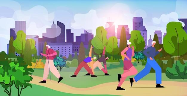 Seniorengruppe, die körperliche übungen im stadtpark macht im alter von männern, frauen, die outdoor-training trainieren, gesunder lebensstil, aktives alterskonzept, horizontale vektorillustration in voller länge